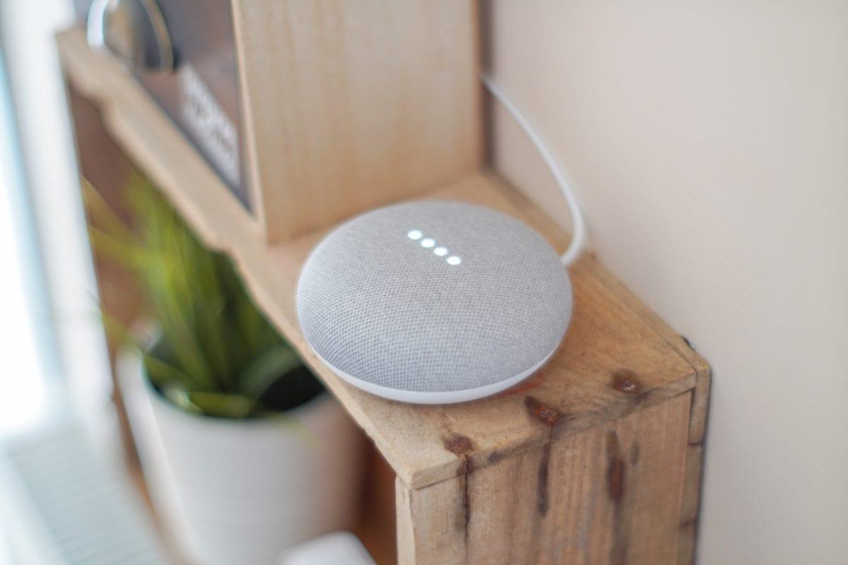 Google home mini en mueble