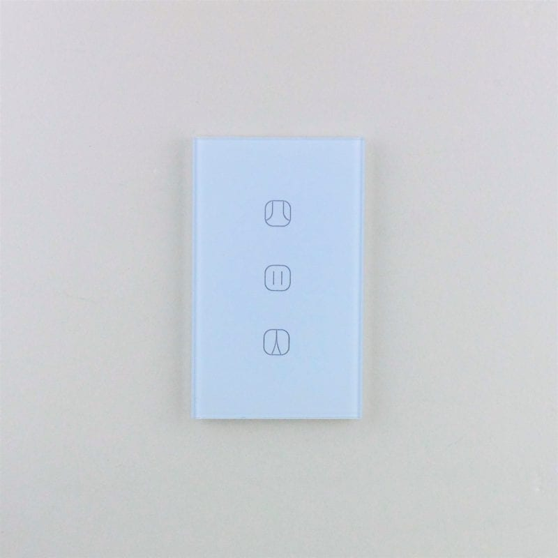 Llave de cortinas inteligente WiFi TuyaSmart colocada en pared blanca