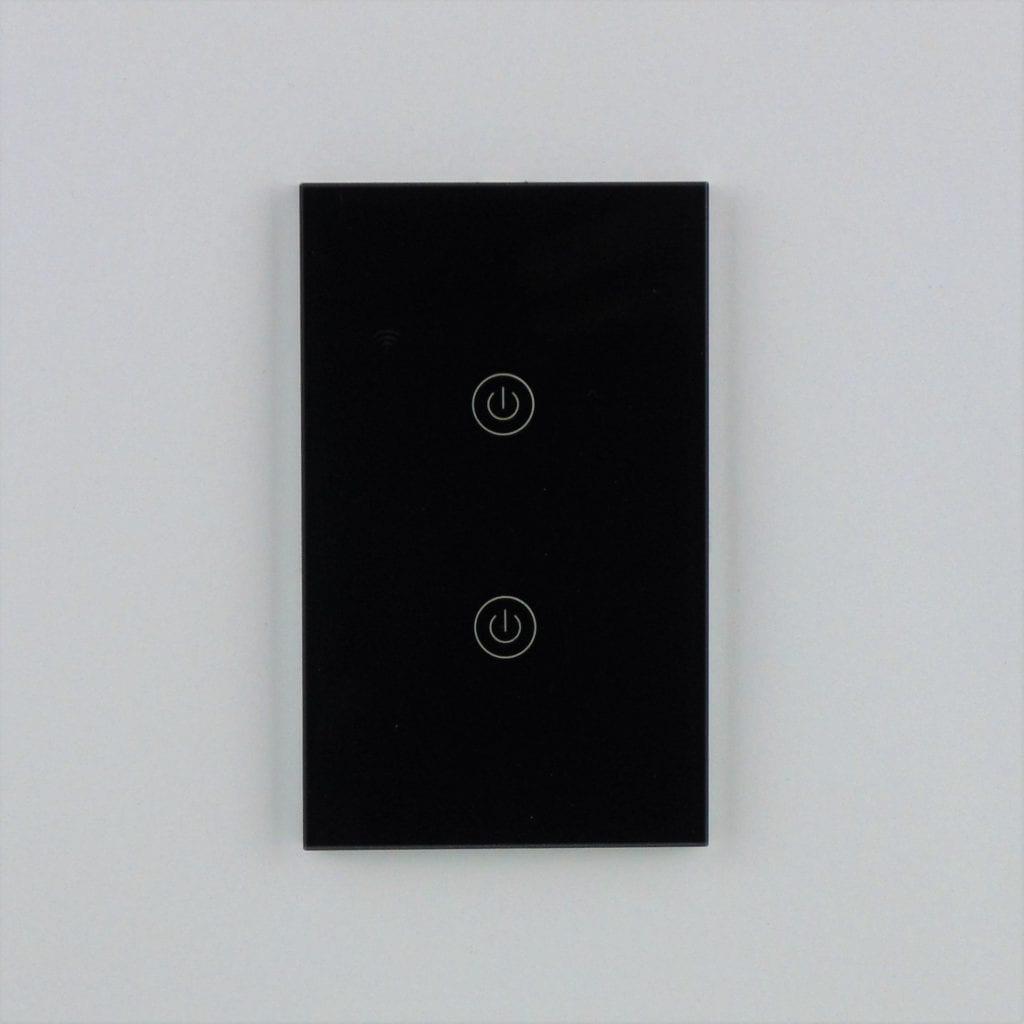 Llave inteligente WiFi TuyaSmart negra de dos teclas en pared blanca