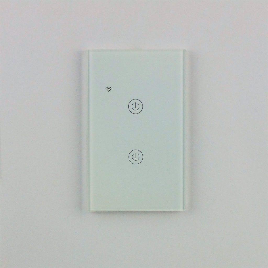 Llave inteligente WiFi TuyaSmart blanca de dos teclas colocada en pared blanca