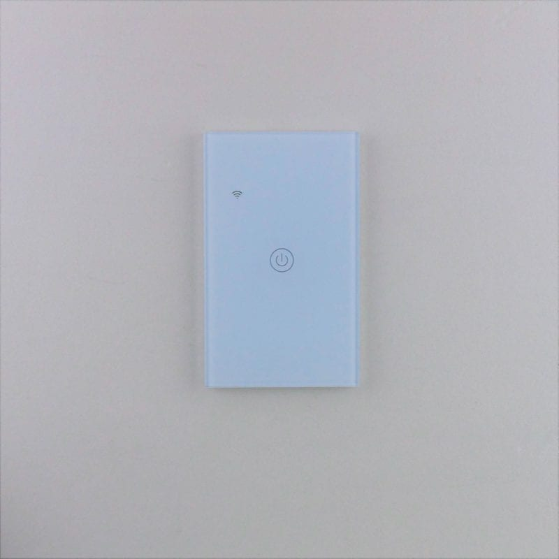 Llave inteligente WiFi blanca de una tecla, TuyaSmart, en pared blanca