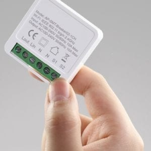 Mini switch 1 circuito WiFi Inteligente TuyaSmart en mano